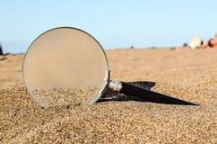 Magnifique el vidrio en la playa de la arena imagenes de archivo