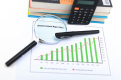 MAGNIFYING GLASS AND OFFICE TOOLS Royalty Free Stock Photos