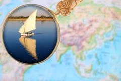 Magnigying szkło nad Egipt pokazuje fellucca żaglówkę Egipt, A Zdjęcia Royalty Free