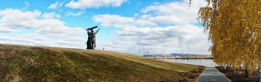 Magnitogors, Rússia - 22 de outubro de 2018: Monumento ao trabalhador p fotografia de stock