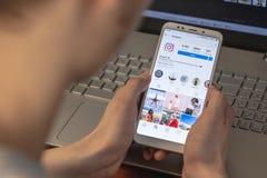 Magnitogorsk Rosja, Marzec, - 14, 2019: Młody człowiek trzyma smartphone z otwartym instagram zastosowaniem i fotografia royalty free