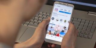 Magnitogorsk Rosja, Marzec, - 14, 2019: Młody człowiek trzyma smartphone z otwartym instagram zastosowaniem i obrazy royalty free