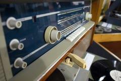 Magnitogorsk, Rusia, - abril, 20, 2012 Radio del vintage y sistema retros soviéticos de la placa giratoria en el pasillo de una i fotos de archivo libres de regalías