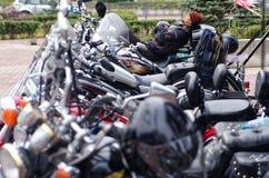 Magnitogorsk, Rusia, - agosto, 30, 2014 Restos del motorista en el estacionamiento de motocicletas en la plaza fotos de archivo