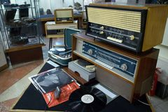 Magnitogorsk, Rusland, - 20 April, 2012 Uitstekende Sovjetdie retro radioapparatuur in de hal van de bouw van wordt geïnstalleerd stock afbeelding