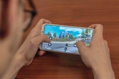 Magnitogorsk, Russland - 14. März 2019: Ein junger Mann spielt Pubg-Mobile: PlayerUnknowns Schlachtfeld-Mobile ist ein freies stockfoto