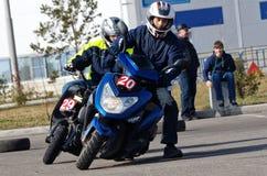 Magnitogorsk Ryssland, - September, 28, 2014 Medlemmar av klubban av fans av sparkcyklar spenderar utbildningsritter på asfalten  arkivbild
