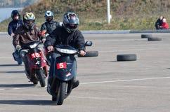 Magnitogorsk Ryssland, - September, 28, 2014 Unga medlemmar av klubban av fans av sparkcyklar rymmer utbildningslopp på det öppna arkivfoton