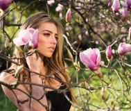 Magnolia De lentemeisje in bloeiende tuin De zomermeisje en sensueel ogenblik Schoonheidsvrouw in openlucht in bloeiende bomen stock afbeelding