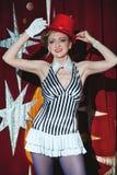 Mago de la mujer del artista del circo en el resplandor del proyector Fotos de archivo libres de regalías