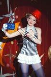 Mago de la mujer del artista del circo en el resplandor del proyector Foto de archivo libre de regalías