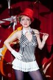 Mago de la mujer del artista del circo en el resplandor del proyector Imagenes de archivo