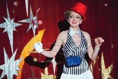 Mago de la mujer del artista del circo en el resplandor del proyector Imágenes de archivo libres de regalías