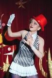 Mago de la mujer del artista del circo en el resplandor del proyector Fotografía de archivo libre de regalías