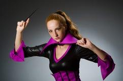 Mago de sexo femenino que hace trucos Foto de archivo libre de regalías