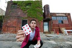 Mago en Detroit Michigan que hace magia de la calle en el edificio abandonado en la ciudad del motor fotos de archivo