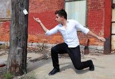 Mago en Detroit Michigan que hace magia de la calle en el edificio abandonado en la ciudad del motor imagen de archivo