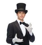 Mago en truco de la demostración del sombrero de copa Foto de archivo libre de regalías