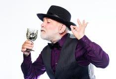 Mago maturo dell'uomo in cappello della strega stregone diabolico che cucina pozione magica con il ragno il barista fa il cocktai immagini stock