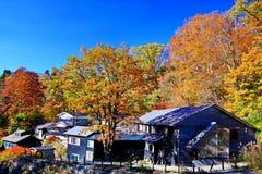 Magoroku famoso Onsen ryokan durante o outono em Akita Nyuto Onsenkyo imagem de stock royalty free