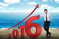 Magra asiatica dell'uomo d'affari accanto al numero 2016 Fotografie Stock
