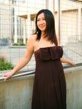 Magra asiatica felice della ragazza su Handtrail esterno Immagini Stock Libere da Diritti