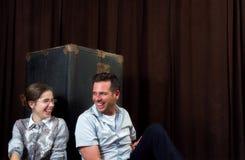 Magra della ragazza e dell'uomo contro un vecchi tronco e risata del vapore immagine stock libera da diritti