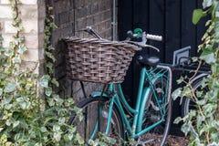 Magro de la bicicleta en la pared de ladrillo Fotografía de archivo libre de regalías