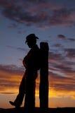 Magro de la silueta del vaquero en los posts Fotos de archivo libres de regalías