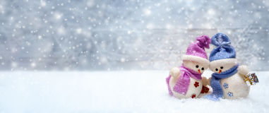 Magro feliz de los pares de los muñecos de nieve en uno a Foto de archivo