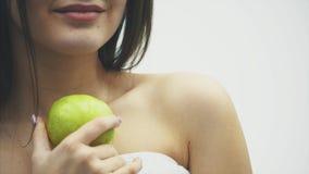 Magro 'sexy' da mulher bonita do corpo Conduzindo uma celulite verde para a saúde Menina da aptidão para a perda de peso e comer  video estoque