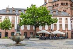 Maguncia, Alemania - 12 de junio de 2017: Gente en und al aire libre del restaurante Fotografía de archivo