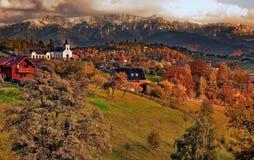 Magura-Dorf vor Gebirgsmassiv Piatra Craiului, Brasov, Rumänien stockbilder