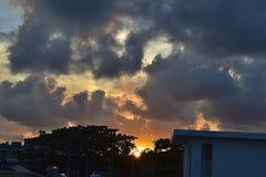 Mahébourg, Mauritius Bewölkter Sonnenuntergang auf den Häusern lizenzfreie stockfotos