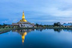 Maha Mongkol Bua Pagoda en el ROI-ed Tailandia en la puesta del sol Fotografía de archivo