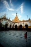 Maha Muni Pagoda i den Mandalay staden, Myanmar Royaltyfria Foton