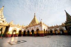 Maha Muni Pagoda i den Mandalay staden, Myanmar Royaltyfria Bilder