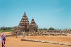 MAHABALIPURAM, ИНДИЯ - 5-ОЕ СЕНТЯБРЯ 2015: Туристы идя к виску берега на Mahabalipuram, Tamil Nadu, Индии стоковые изображения