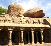 Mahabalipuram, Tamil Nadu, Ινδία - 14 Ιουνίου 2009 αρχαίος ναός σπηλιών στην τιμωρία Arjuna ` s με τους περίκομψους στυλοβάτες Στοκ Εικόνες