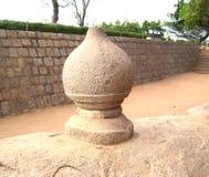 Mahabalipuram, Tamil Nadu, Индия - статуя 14-ое июня 2009 старая каменная сферически шарика сформировала структуру Стоковая Фотография RF