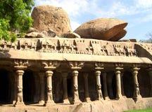 Mahabalipuram, Tamil Nadu, Inde - 14 juin 2009 temple antique de caverne à la pénitence du ` s d'Arjuna image stock