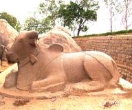 Mahabalipuram, Tamil Nadu, India - Juni 14, Oud de steenstandbeeld van 2009 van Nandi Bull Stock Foto's