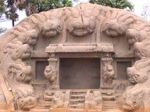 Mahabalipuram Tamil Nadu, Indien - Juni 14, 2009 vaggar Tiger Cave snitttemplet med carvings av tigerhuvud på mun av grottan Arkivfoto