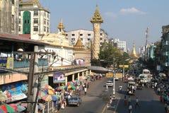 Mahabandoola Straße in Yangon Lizenzfreie Stockbilder