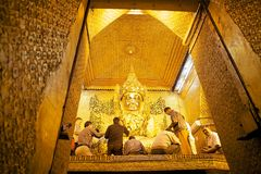 Mahamuni Buddhatempel Mandalay, Myanmar Royaltyfria Foton