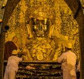 Mahamuni de oro Buda en Mandalay, Myanmar Imagen de archivo