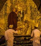 Mahamuni de oro Buda en Mandalay, Myanmar Imagen de archivo libre de regalías