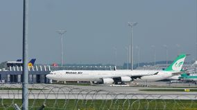 Mahan Air que lleva en taxi en el aeropuerto de Munich, MUC almacen de metraje de vídeo
