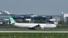 Mahan Air que lleva en taxi en el aeropuerto de Munich, MUC metrajes