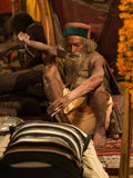 Mahant阿玛尔Bharti给祝福的籍在Kumbh Mela 2013年 库存照片